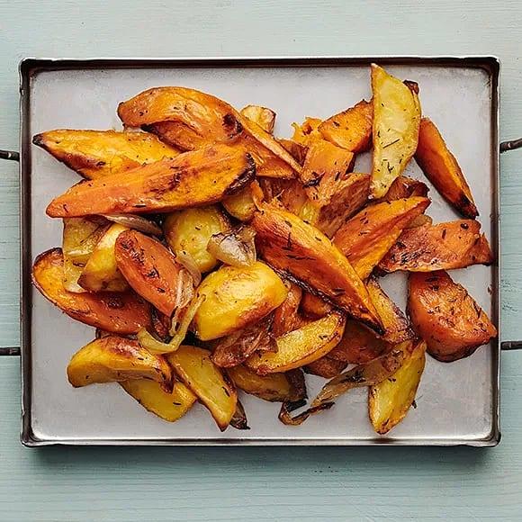 Rostad sötpotatis, potatis och lök