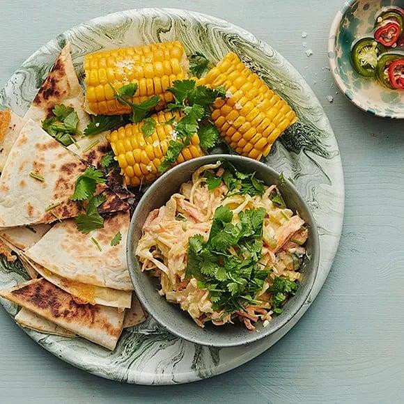 Quesadilla med bönröra, coleslaw och majskolv