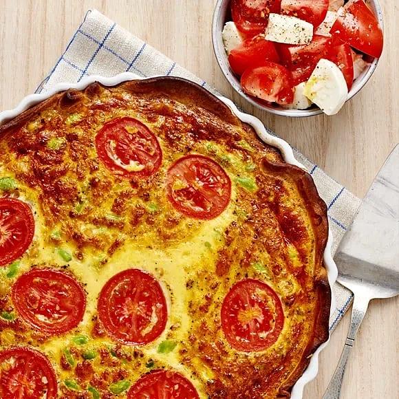 Vegopaj med tomat- och mozzarellasallad
