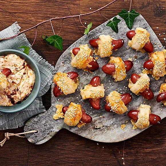 Prinskorvsrullar med sesamfrö och tomatdip
