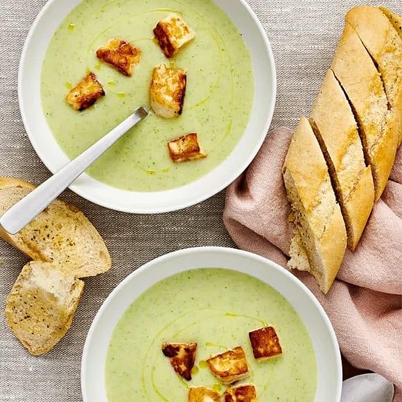 Broccoli- och potatissoppa med halloumi