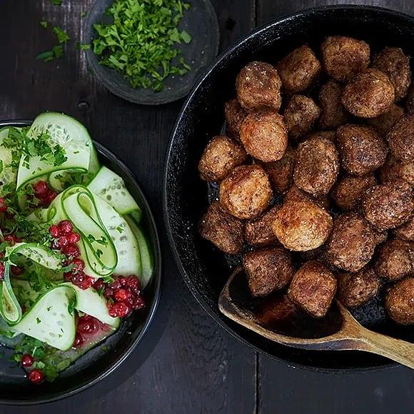 Kryddstekta köttbullar med gurk- och lingonsallad