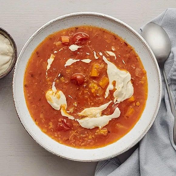 Tomat- och rotfruktssoppa med linser och tahinikräm