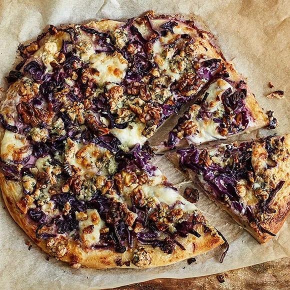 Pizza med rödkål och valnötter