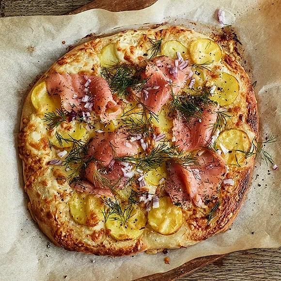 Pizza med potatis, lax och rödlök