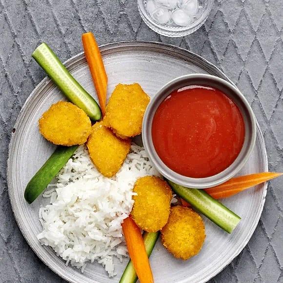 Vegonuggets med sötsursås och snackgrönsaker