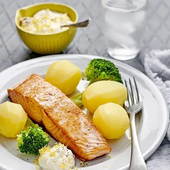 Stekt lax med citronsås och broccoli
