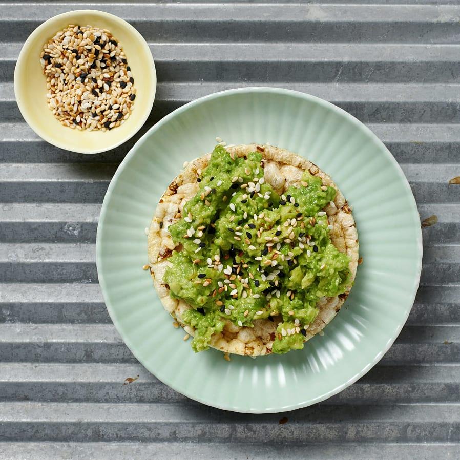 Majskaka med avokado och sesam