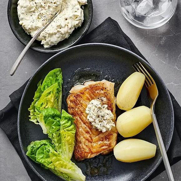 Stekt torsk med gurksås och sallad