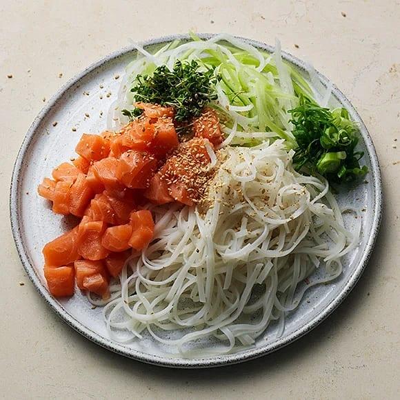 Sashimi med risnudlar och pepparrot