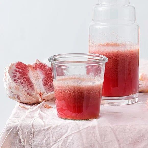 Röd energikick med grape och jordgubbar