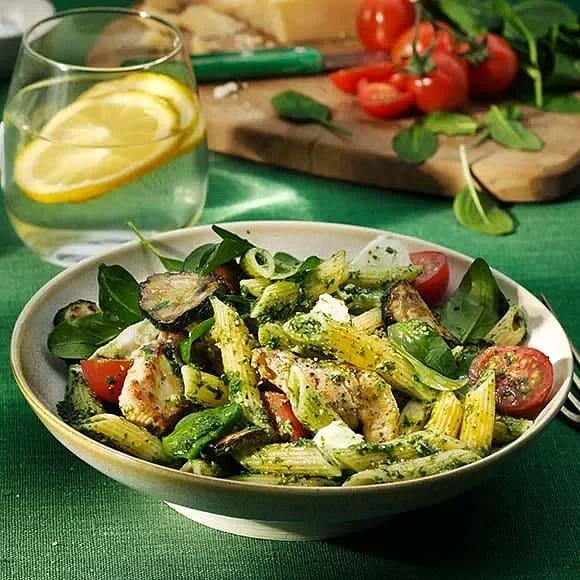 Snabb pasta pesto med grönsaker och kyckling