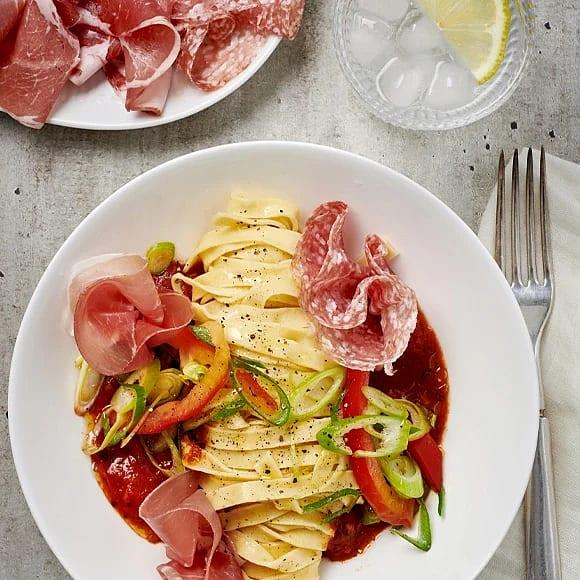 Spansk chark med pasta och paprikasallad