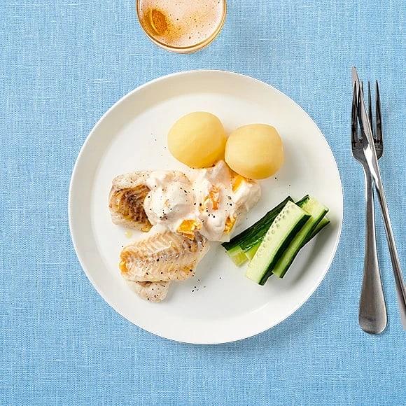 Ugnsbakad fisk med äggsås och kaviar