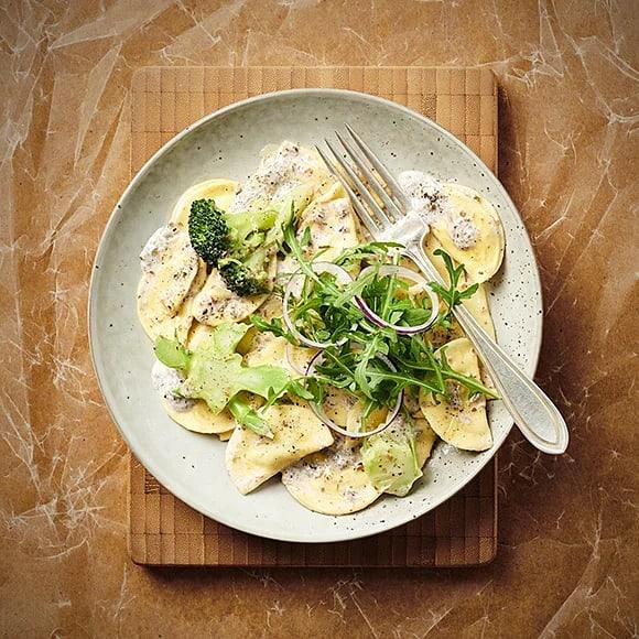 Krämig ravioli med svamp och broccoli