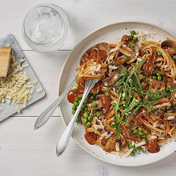 Pasta med champinjoner, ärtor och pesto rosso