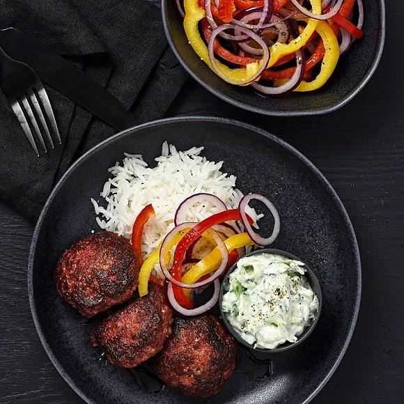 Köttfärsbiffar med rödbetor och tzatziki