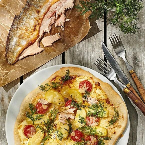 Pizza bianco på grillen med röding, mandelpotatis och Västerbottensost