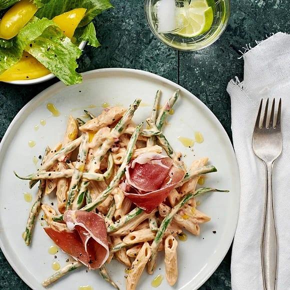 Het pasta med serranoskinka och paprika