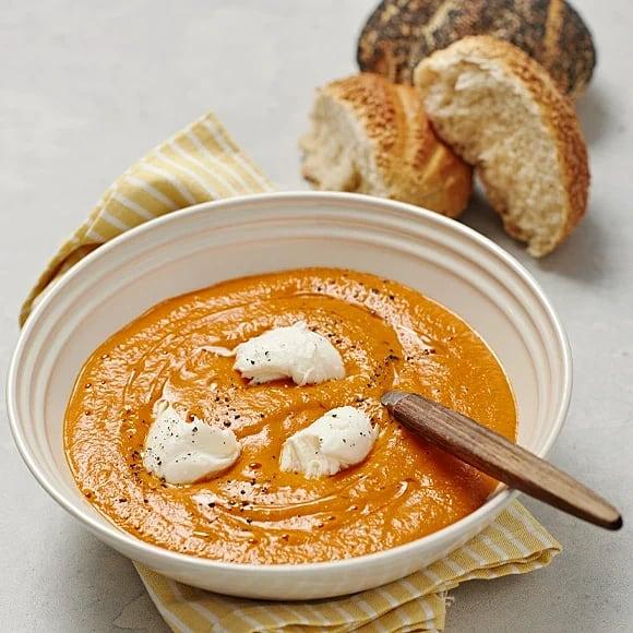 Tomatsoppa med gömda bönor och mozzarella