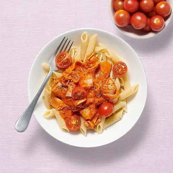 Pasta med tomatsås och rökt kalkon