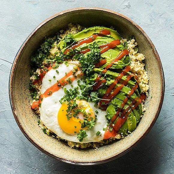 Snabb couscous bowl med ägg och avokado