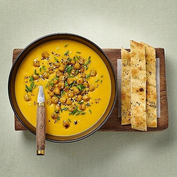 Morotssoppa med rostade kikärtor och naanbröd