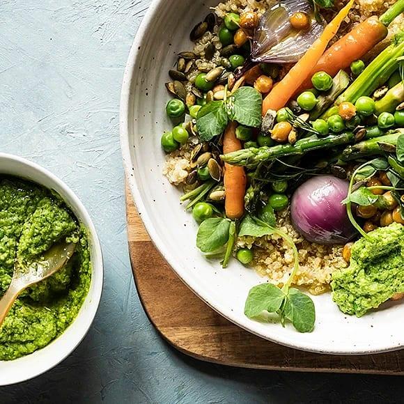 Veggie bowl med primörer, kikärtor och ärthummus