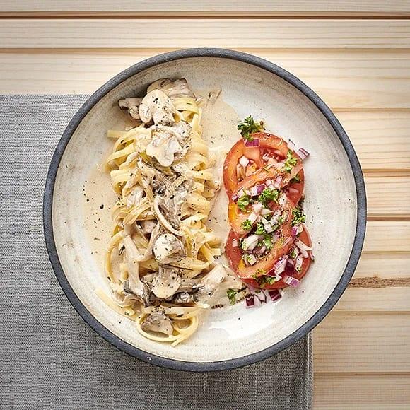 Pasta med svampsås och tomatsallad