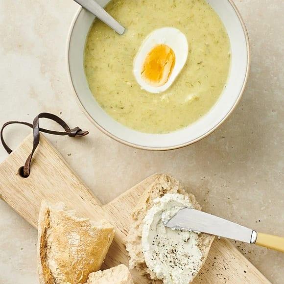 Potatis- och purjolökssoppa med ägghalvor