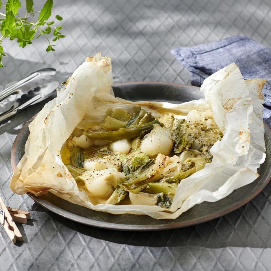 Grillad färsk lök i paket med parmesansmör