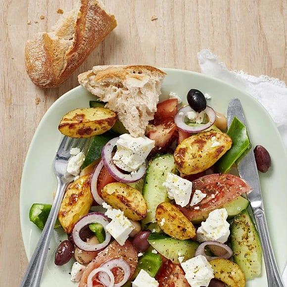 Grekisk sallad med oreganorostad potatis