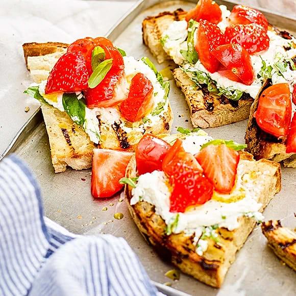 Grillad levain med örtricotta, tomat och jordgubbar