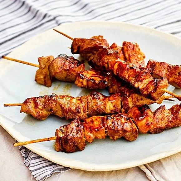 Asiatiska grillspett på fläskkött
