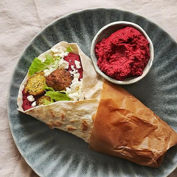Falafelwrap med rödbetshummus och fetaost