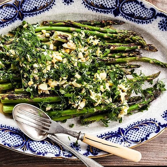 Grillad grön sparris med ägg- och örtvinägrett