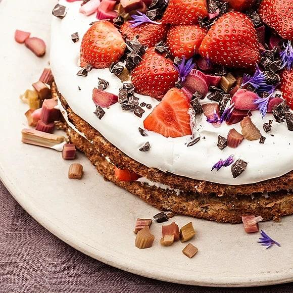 Råg- och mandeltårta med jordgubbar och rabarber