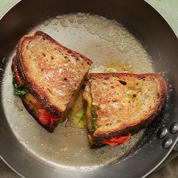 Grilled cheese med pesto och bakade tomater
