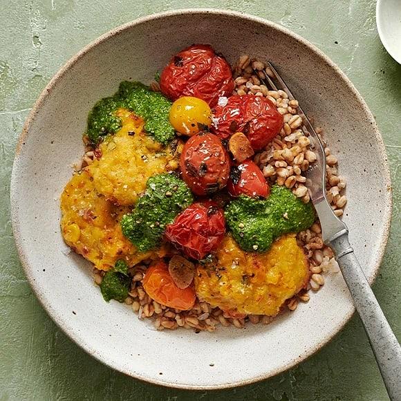 Majs- och bönbiffar med matvete, bakade tomater och pesto