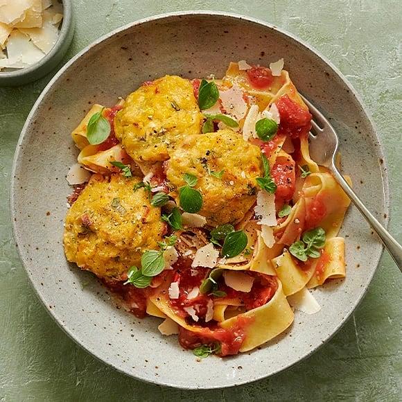 Pasta med majs- och bönbiffar och tomatsås