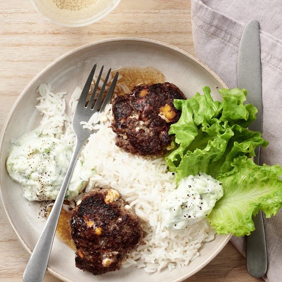 Färsbiffar med ris och tzatziki