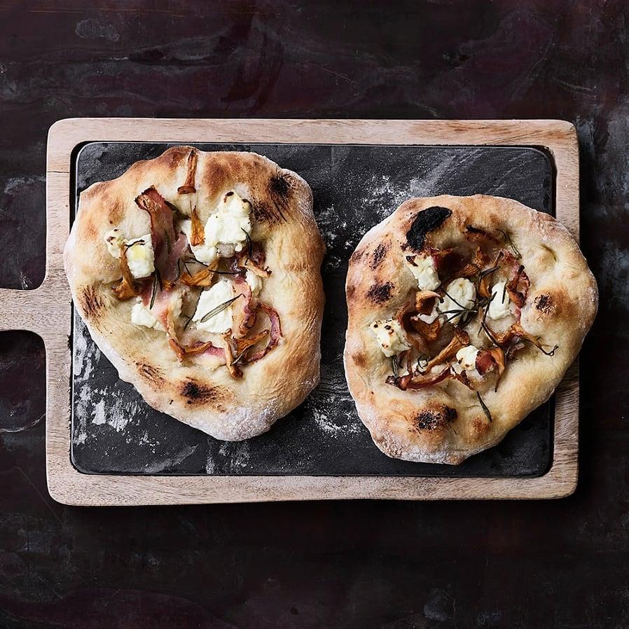 Pizza bianco med kantareller, pancetta och rosmarin