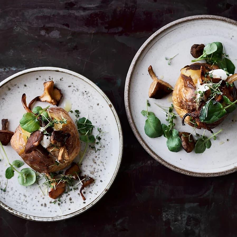 Bakad potatis med färskost och stekta kantareller