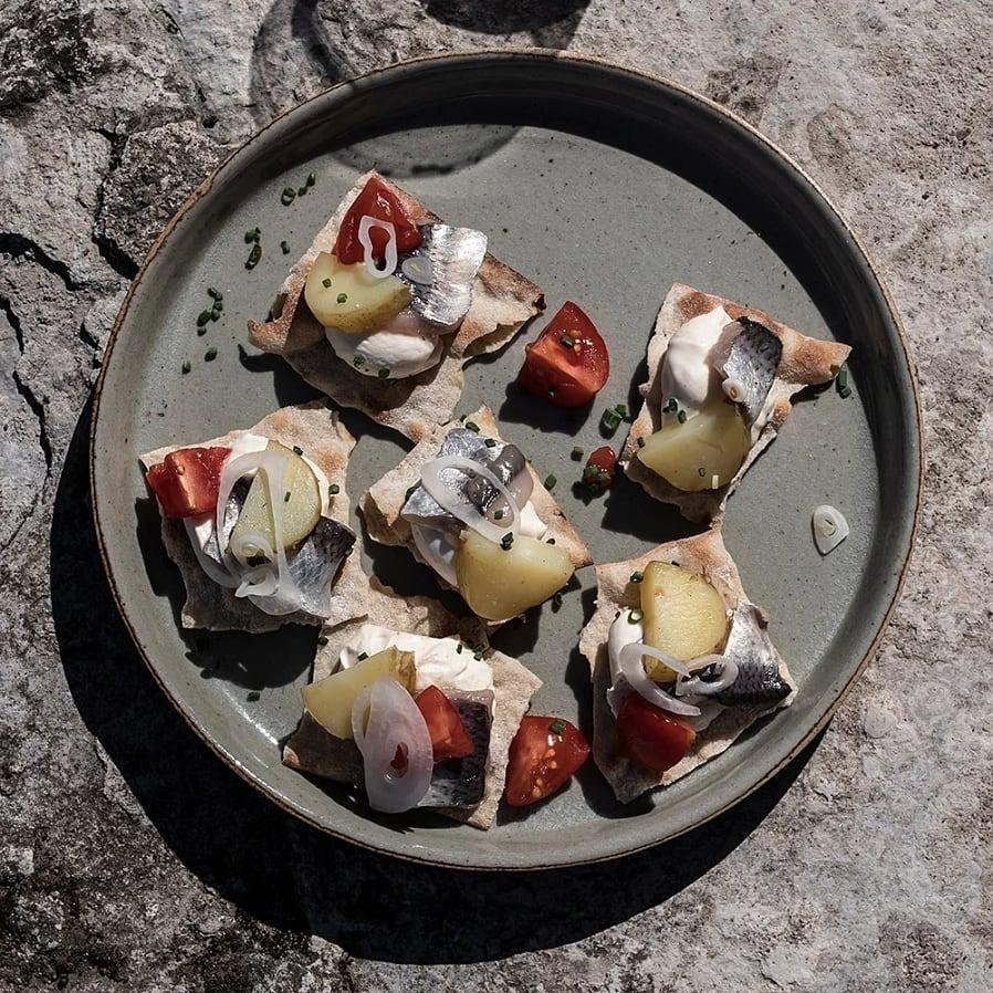 Knäcke med surströmming, brynt smör-kräm och tomat