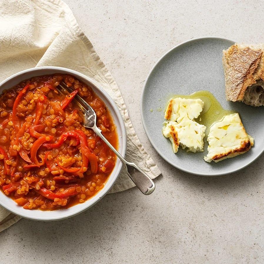 Tomat- och paprikagryta med ugnsbakad fetaost