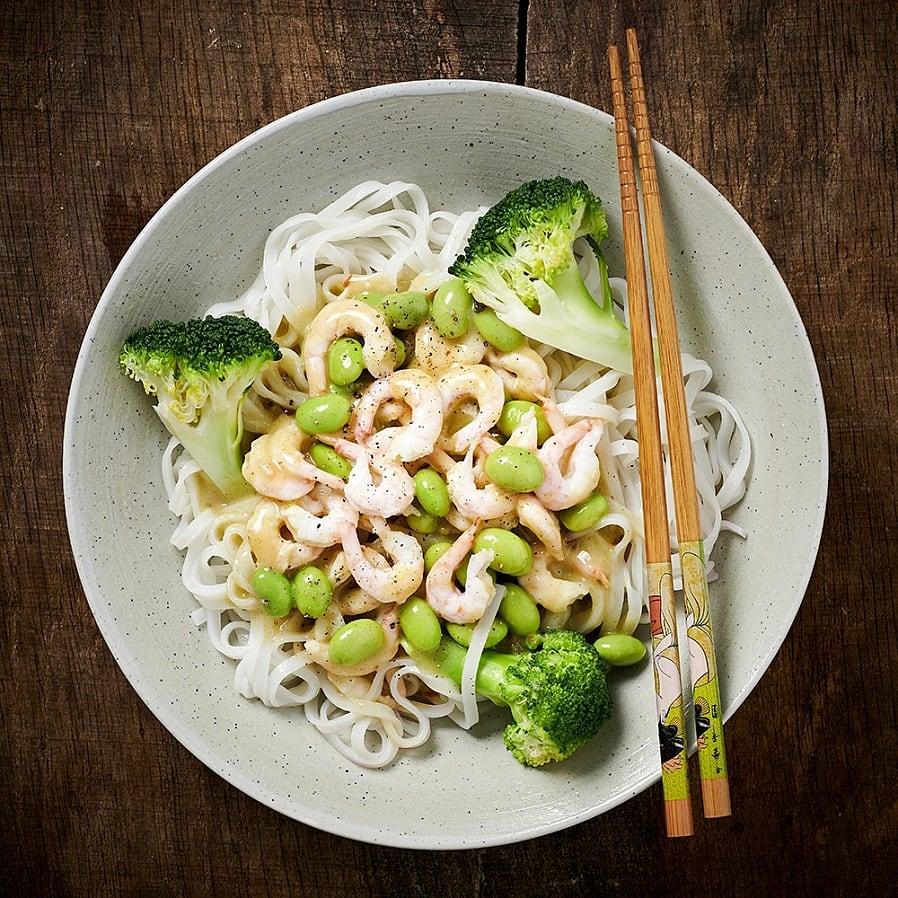 Räkor i grön curry med nudlar och broccoli