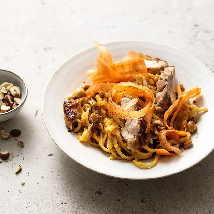 Pasta med morotssås, kyckling och hasselnötter