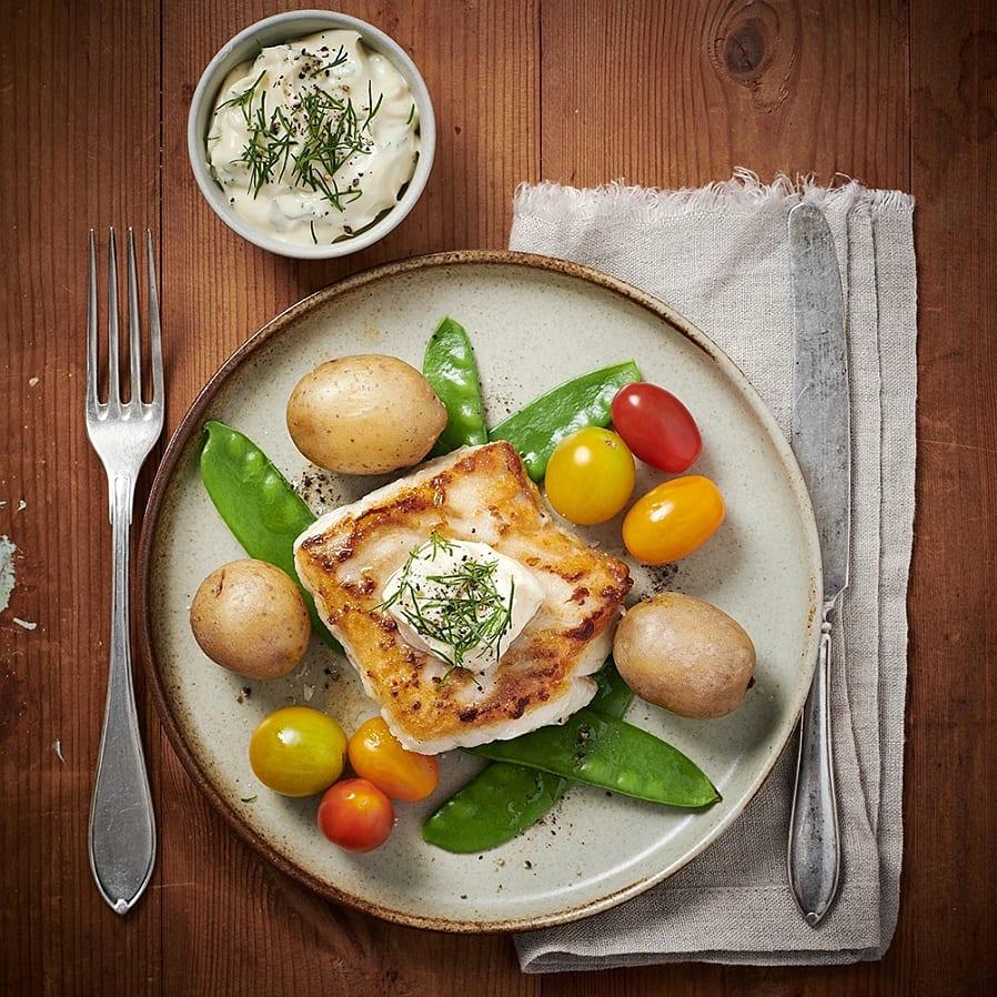 Stekt torsk med dillmajonnäs och sockerärtor