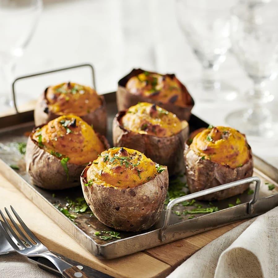 Ostfylld bakad potatis och sötpotatis