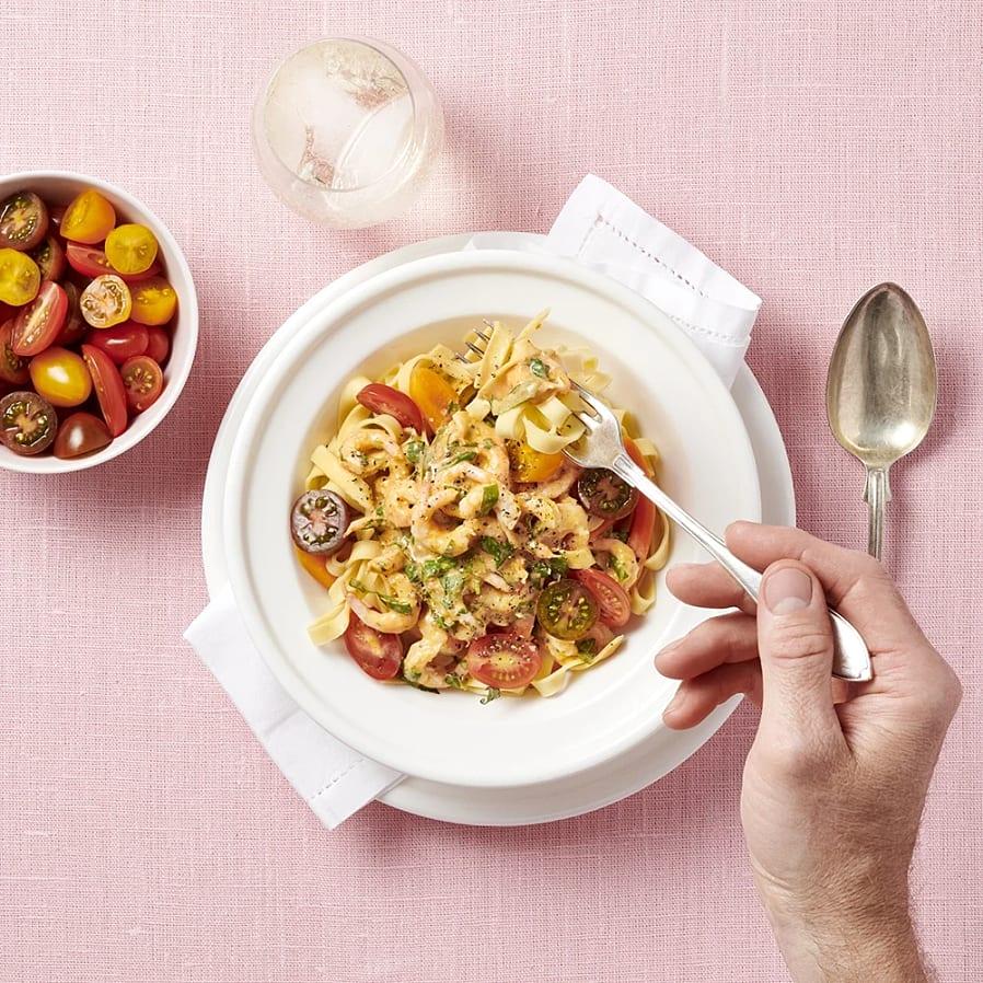 Het räkpasta med tomat och basilika